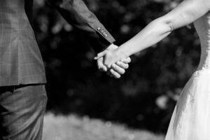 Hochzeitsfotograf hochzeitspaar hand in hand fotograf
